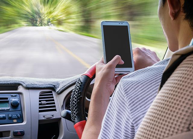 Por que o celular ao volante é um perigo constante