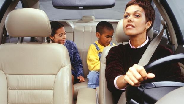 8 - Dirigir com crianças no carro