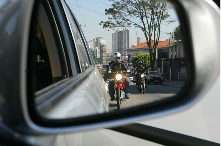 Não ande à direita dos motoristas de carros