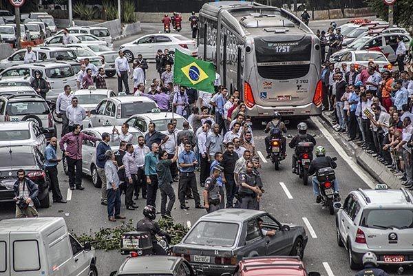 Motoristas de taxi bloqueiam a Av. 23 de maio, em São Paulo.