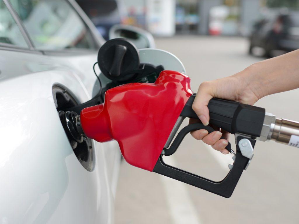 Gasolina aditivada ou comum: a aditivada compensa mais mesmo?