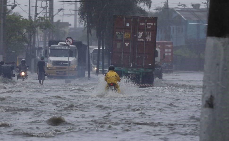 Cuidado, a placa dianteira pode se soltar em enchentes!