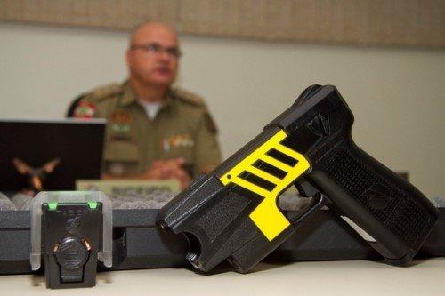 Será que agentes de trânsito devem usar armas não letais?